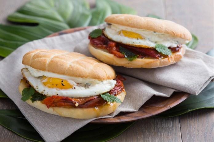 panino-vegetariano-con-peperoni-e-uova
